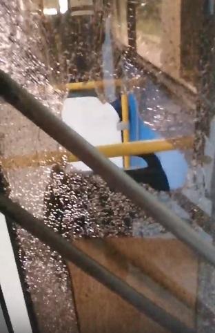 Осколки полетели на ребенка: нетрезвый омич разбил стекло автобуса бутылкой #Новости #Общество #Омск