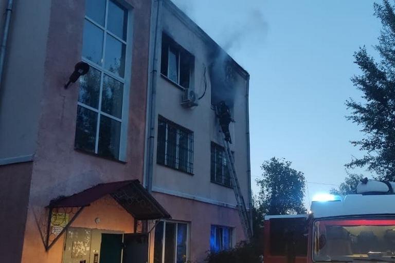 Омские пожарные спасли 12 человек из охваченной огнем трехэтажки #Новости #Общество #Омск
