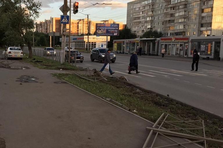 В Омске водитель автомобиля такси снес пешеходов на светофоре #Омск #Общество #Сегодня