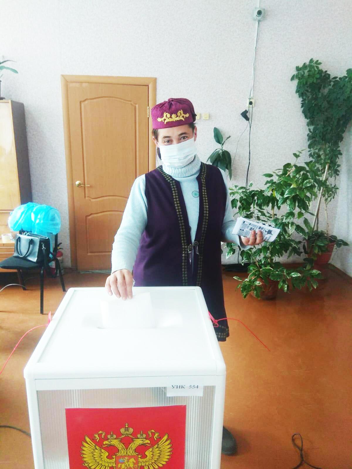 Жители Омской области приходят голосовать в национальных костюмах #Омск #Общество #Сегодня