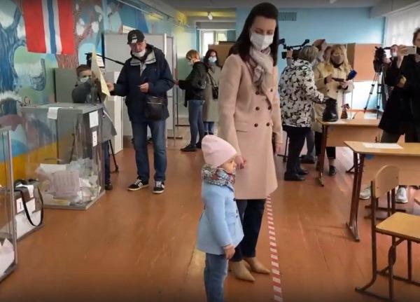 Фадина привела на выборы свою дочь #Омск #Общество #Сегодня