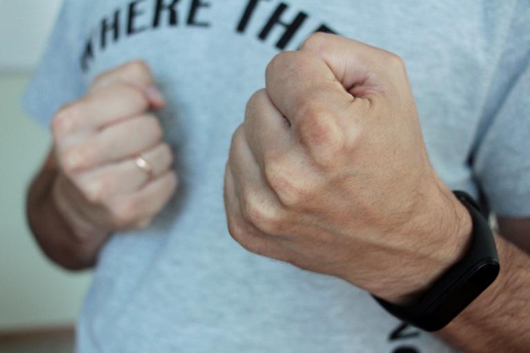 Забрали духи и сломали нос: житель Порт-Артура жестоко поплатился за отказ угостить сигаретой #Новости #Общество #Омск