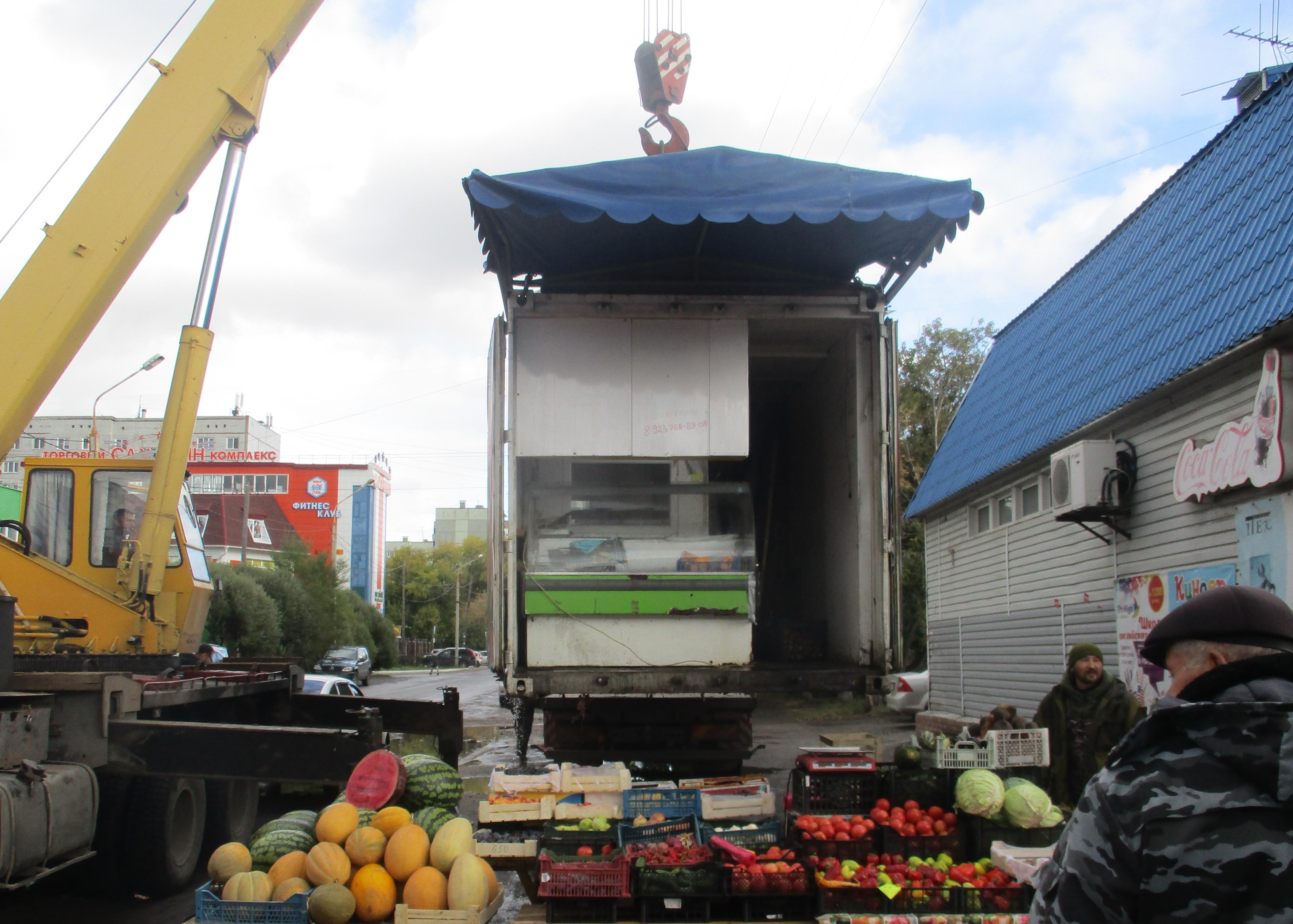 В Омске продолжают убирать незаконные торговые павильоны #Омск #Общество #Сегодня