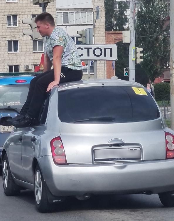 В Омске наказали женщину, прокатившую знакомого на крыше авто #Омск #Общество #Сегодня