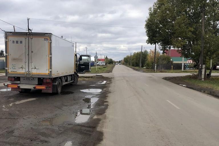 Нарушившую ПДД омскую школьницу сбил грузовик #Новости #Общество #Омск