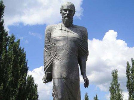 Памятник известному русскому писателю Ф.М. Достоевскому (Омск)