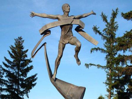 Скульптура «Бегущий человек» (Омск)