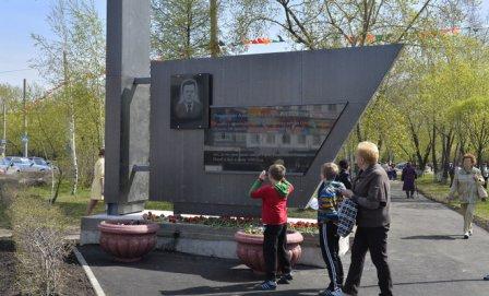 В Омске открыли стелу Романенко.