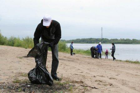Берег реки Иртыш был очищен спасателями.