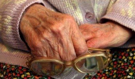 Пенсионерка в Омске подверглась обману - отдала 900 000 незнакомцу на операцию.