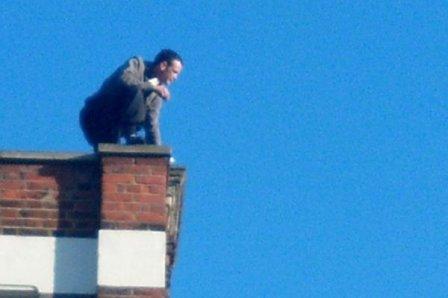 Мужчина намеревался спрыгнуть с многоэтажки.