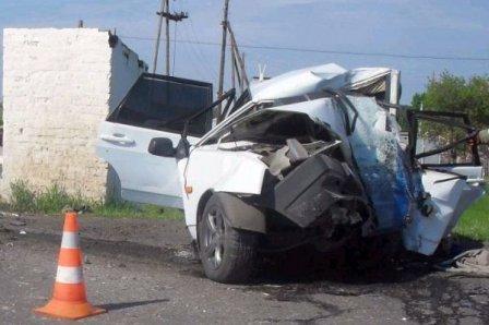 В Кормиловском районе на остановку влетел автомобиль: погибли люди.