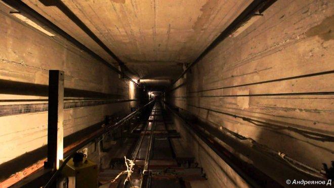 В Омске рабочий упал в шахту лифта.