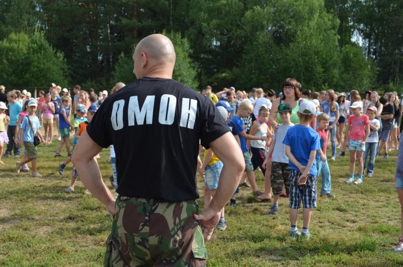 В Советском парке полицейские занимаются зарядкой вместе с жителями города Омск