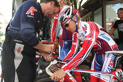 Двух российских велогонщиков отстранили от участия в «Вуэльте» за пьянство