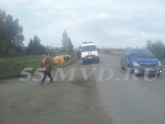 На окраине Омска маршрутка опрокинулась в кювет