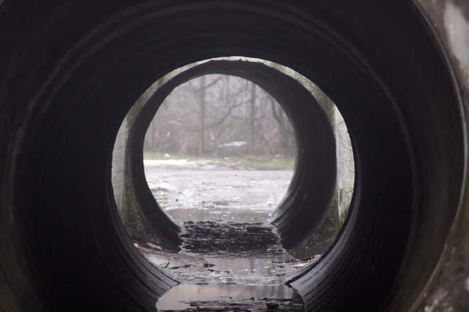 Омич нашел в канализационной трубе труп бомжа