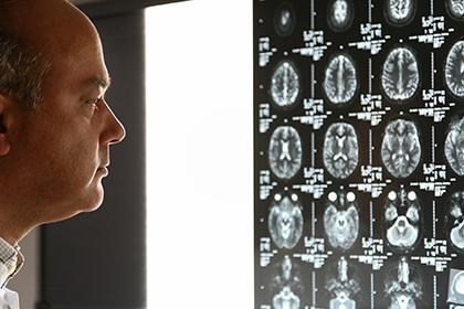 Парализованный пациент научился ходить без экзоскелета
