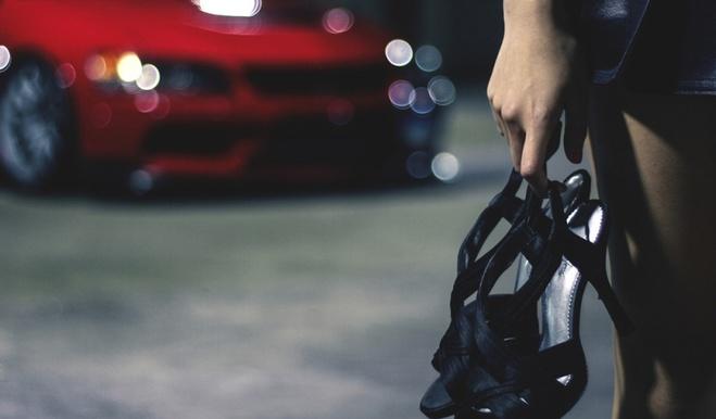 В Омске обнаженная девушка пыталась разбить стекло автомобиля, сидя на его крыше
