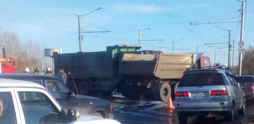 В Омске на улице Кирова произошло столкновение двух грузовых автомобилей