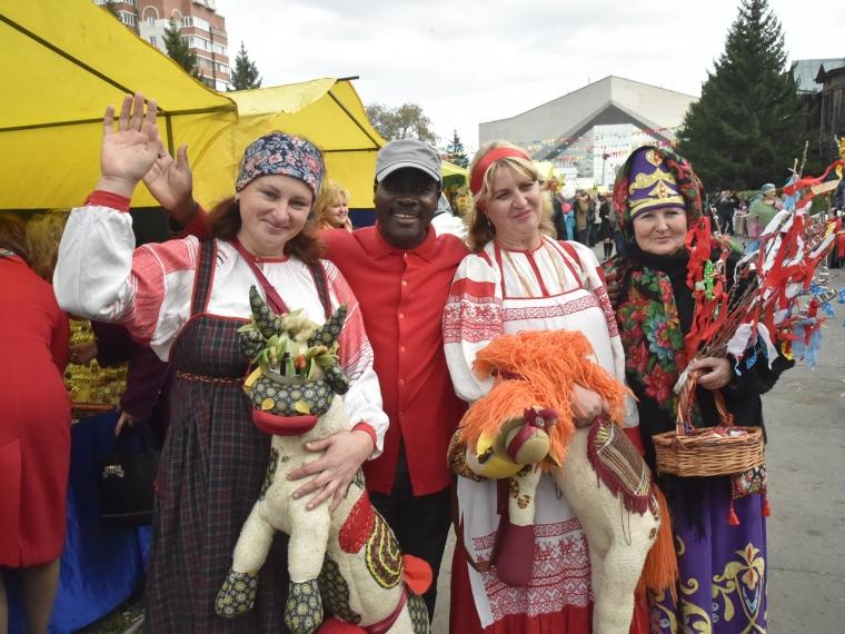 На Покровской ярмарке омичей привлекают сувениры и дядя Сэм