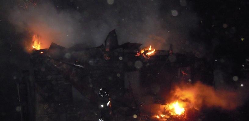 В Омске пожар уничтожил нежилой частный дом