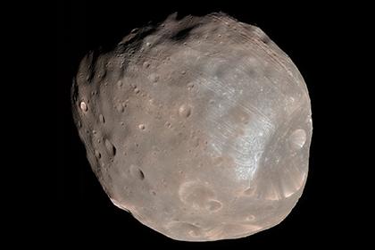 Спутник Марса начал покрываться «бороздами»