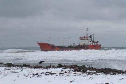У берегов Сахалина сел на мель танкер с сотнями тонн солярки