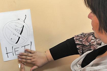 В ОП попросили генпрокурора избавить педагогов от телефонов на работе