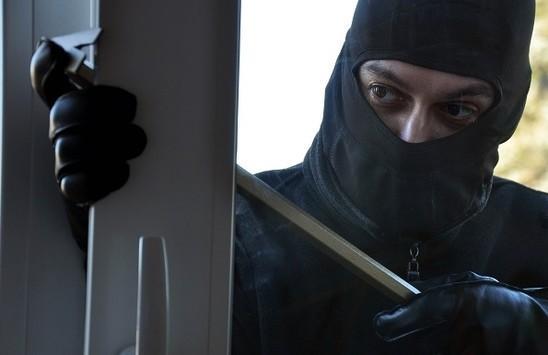 За 2 месяц преступник обокрал 13 омских квартир