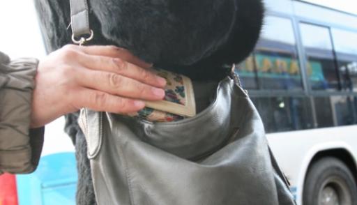 На остановках Омска «работают» карманники