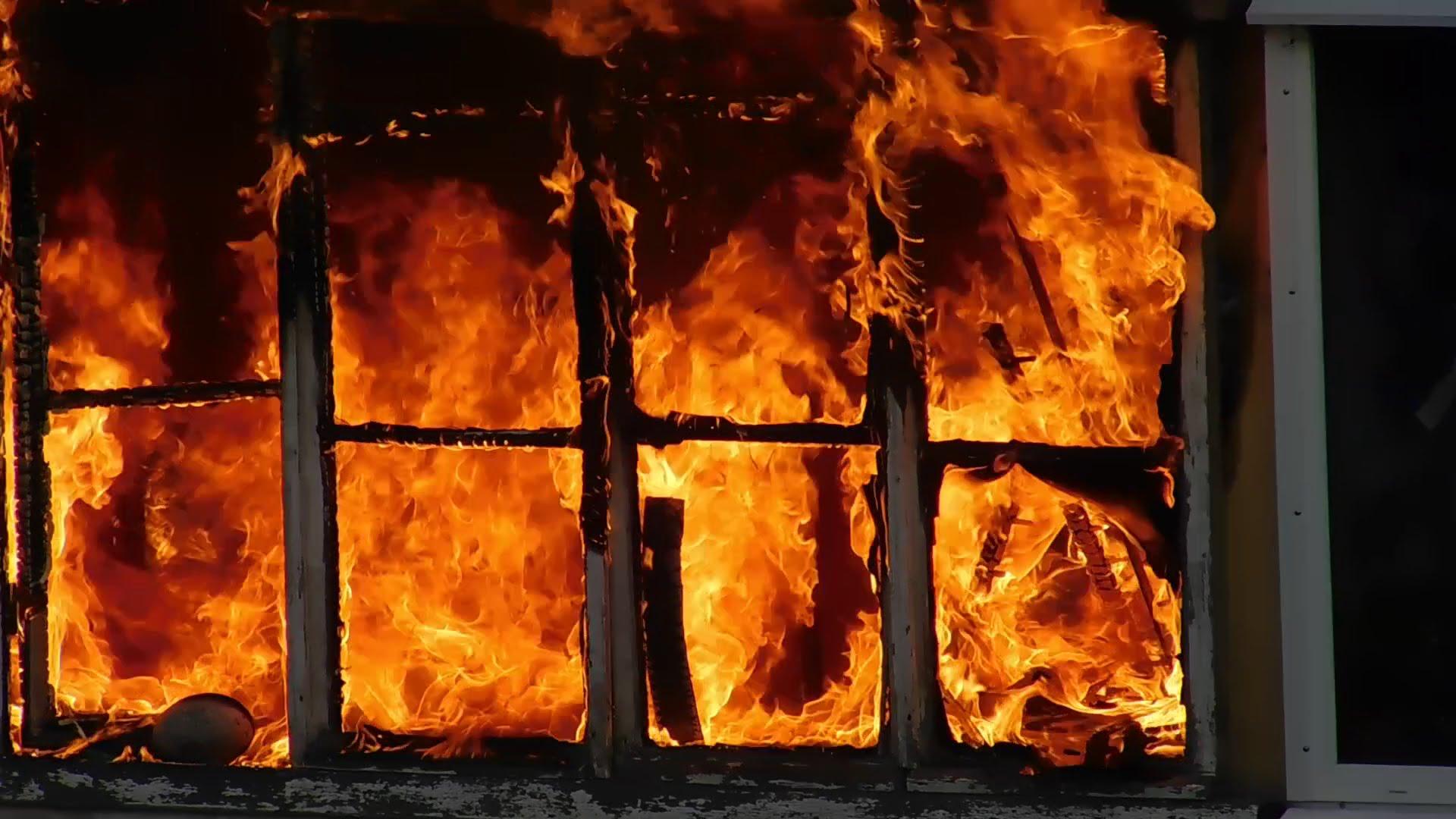 В результате пожара сгорел дом, автомобиль и гараж