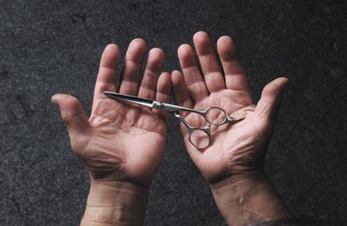 Житель Омска напал на посетителя кафе с помощью ножниц